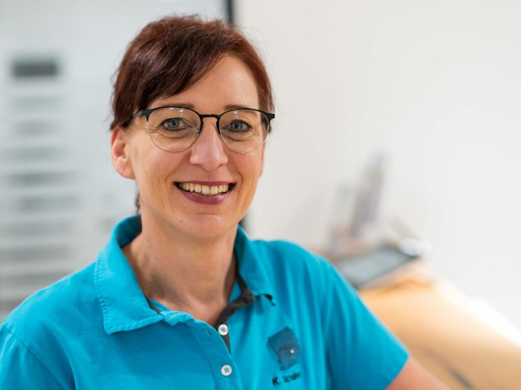 Augenoptikerin in den Bereichen Empfang – Sprechstunde – Refraktion. Praxis-Team der Augenärztin D. Michaelis, Radolfzell. Für Patienten Region Singen, Bodensee, Schweiz.